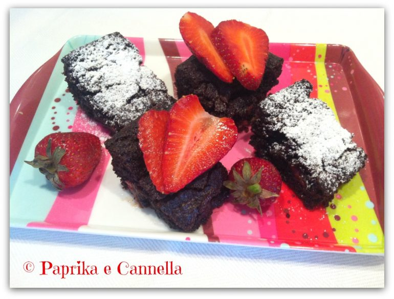 Classic Brownies con fragole 1 Paprika e Cannella Blog